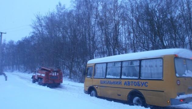 Рятувальники витягли шкільний автобус зі снігу