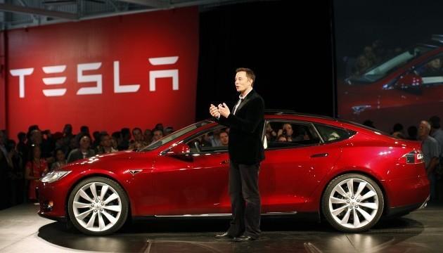 Машини Tesla навчилися в'їжджати в гараж без водія