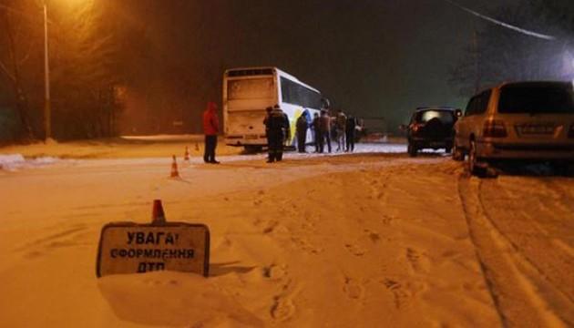 Снігоприбирач влетів у автобус, є постраждалі