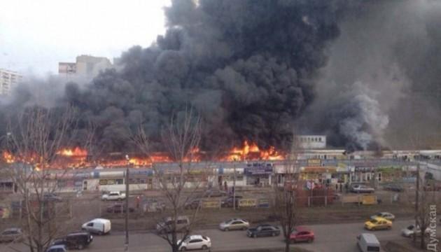У пожежі на одеському ринку згоріли 20 магазинів