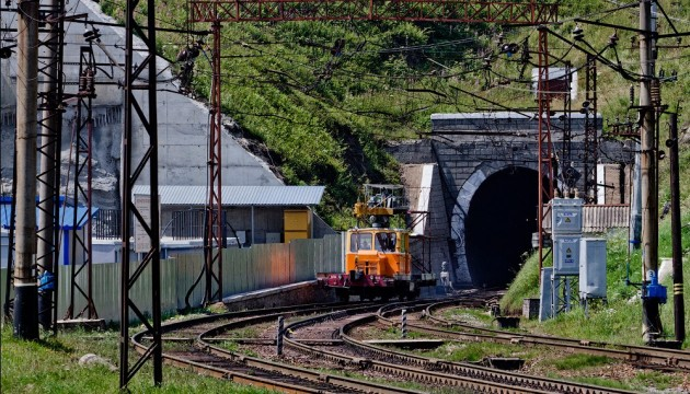 Government ministers, regional governors head to unveil first stage of tunnel completion in Carpathian Mountains
