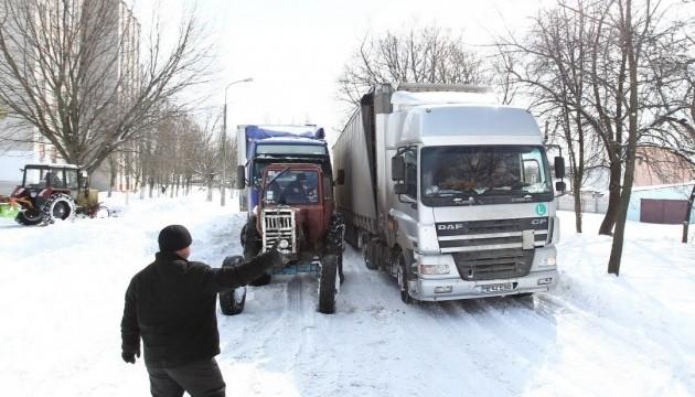 Снігопад у Миколаєві: всі виїзди з міста перекрили вантажівками