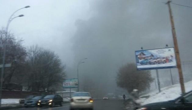 У Києві біля Байкового кладовища загорівся склад