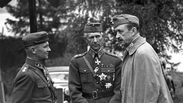 Маршал Карл Густав Маннергейм разговаривает с генералом-майором Э0ркки Раапана (крайний слева) и генералом-лейтенантом Харальдом Эквистом / http://waralbum.ru