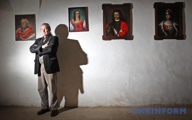 Йосип Бартош серед портретів володарів замку