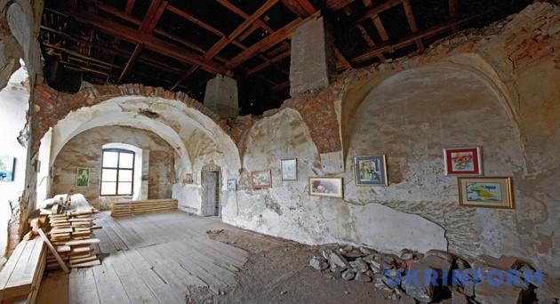 Тривають реставраційні роботи у залі другого поверху замку