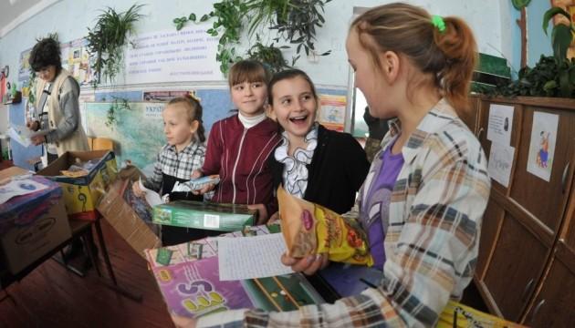 Діти у зоні АТО отримали українські книжки та листи від однолітків