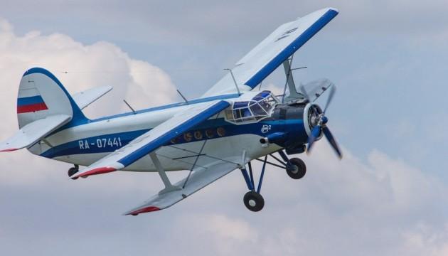В России самолет упал между жилыми домами, погиб пилот