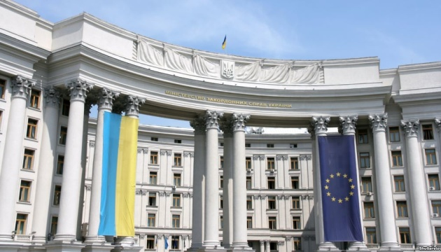 Ukraine temporarily stops issuing visas