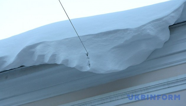 На Сумщині снігова брила впала на подружжя, чоловік — у реанімації