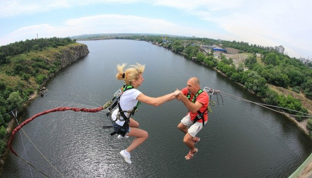 У Запоріжжі закохані екстремали стрибали з мосту