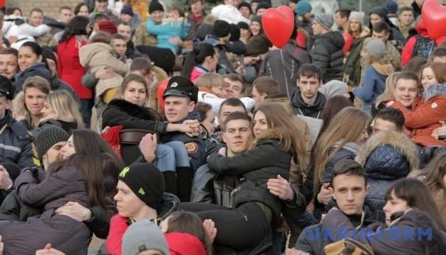 Рекорд: у Харкові 226 чоловіків носили жінок на руках
