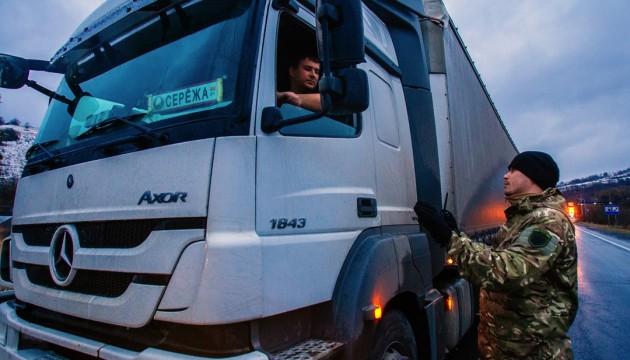 На дорогах Львівщини обмежили рух вантажівок в денний час