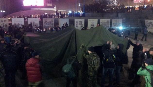 На Майдані поставили два намети