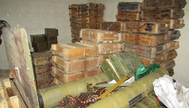 У Алжирі виявили великий схрон зі зброєю