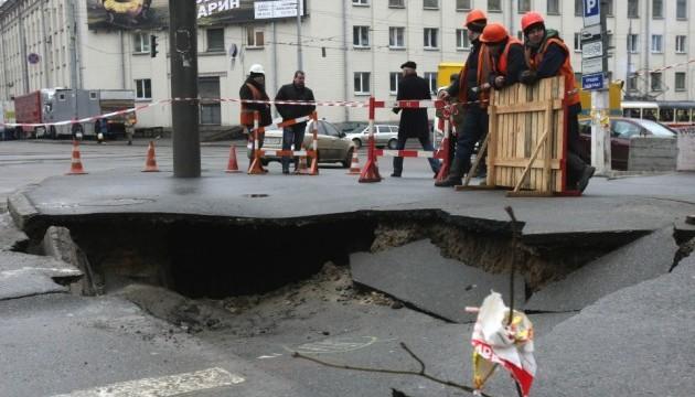 У центрі Києва провалився асфальт і лопнув водогін