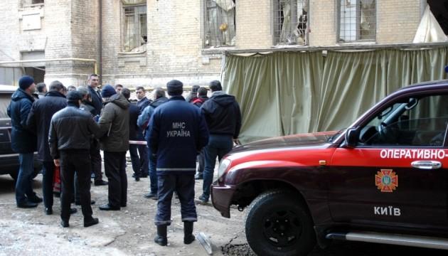 В центре Киева обрушился дом. Из-под завалов достают людей