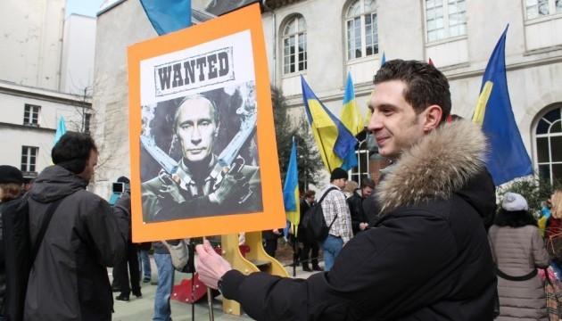 Українці у Парижі пройшли ходою проти російської агресії