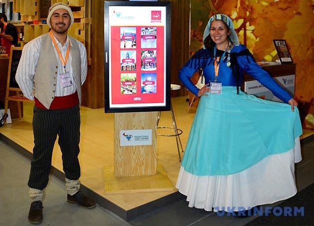 Представители Чили в национальных костюмах
