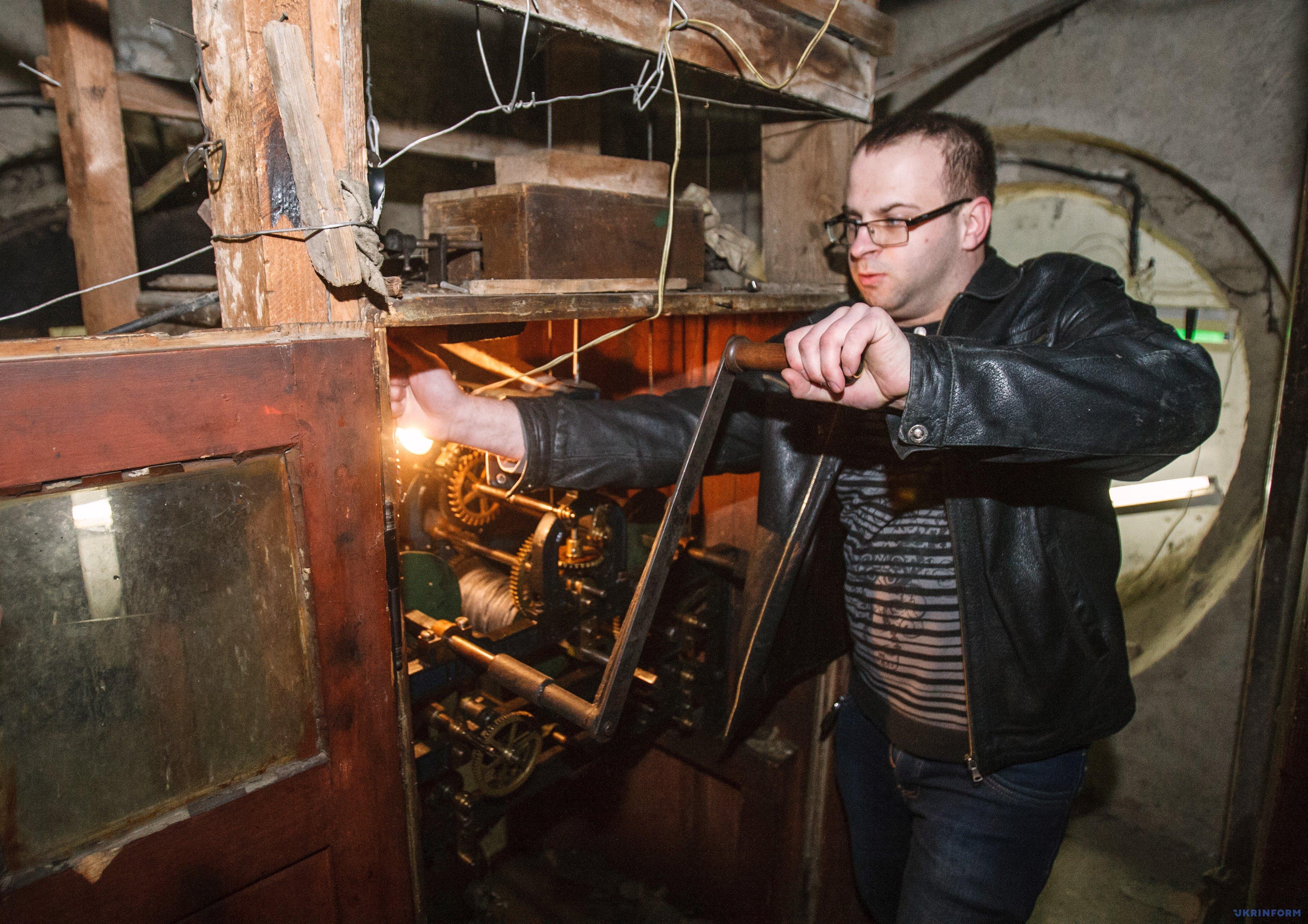 Годинникар Іван Онисько заводить годинник на Мукачівській міській ратуші