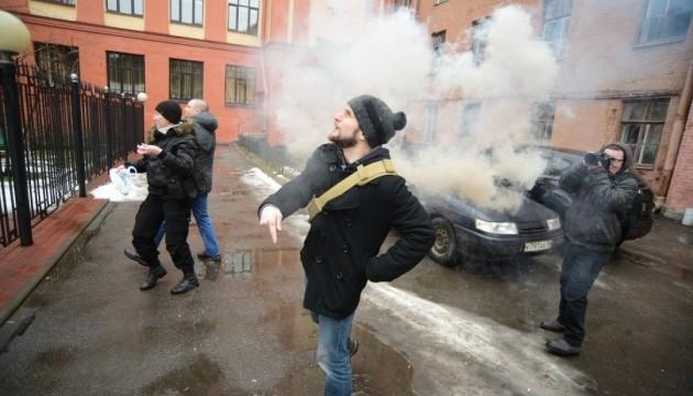 Страшна помста: молодики з яйцями напали на консульство України в Пітері