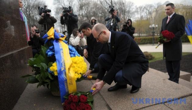 Гройсман та Яценюк поклали квіти до пам'ятника Шевченку в Києві