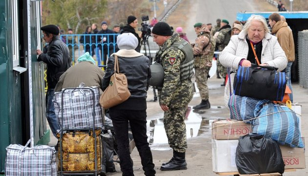 Total of 26,500 people and 4,600 vehicles crossed contact line in Donbas over past day