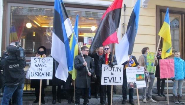 В Таллинне пикетировали российское посольство в поддержку Сенцова