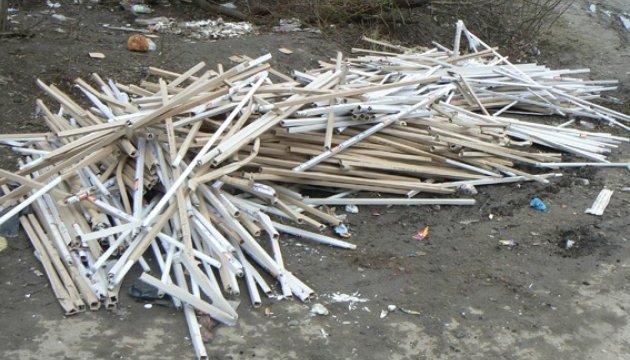 У Хмельницькому на смітнику знайшли 1350 ртутних ламп