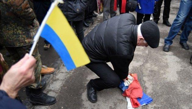У Москві закували в наручники інвалідів з прапором України