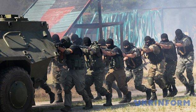 У зоні АТО зараз 69 тисяч українських військових - Президент