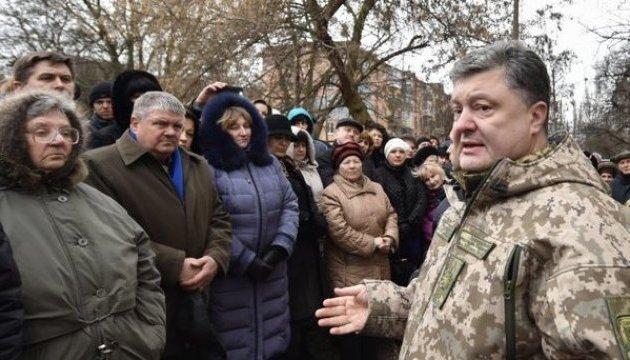 Poroschenko übergibt in Kramatorsk 60 Rettungswagen. Bilder