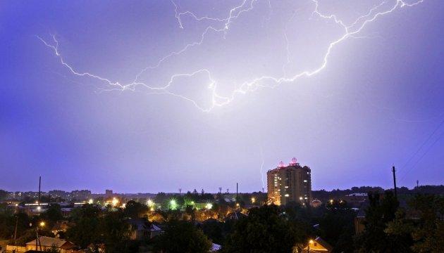 Південь і схід України в суботу накриють грозові дощі