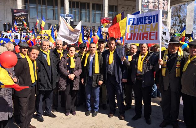 Митингующие перед Театром оперы и балета в Кишиневе