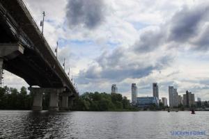 Под мостом Патона в Киеве прорвало трубу
