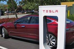 В некоторых старых Tesla проблемы с подзарядкой - СМИ