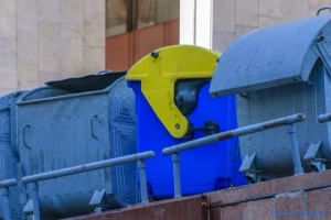 В Чернигове директора стадиона забросили в мусорный бак и жестоко били