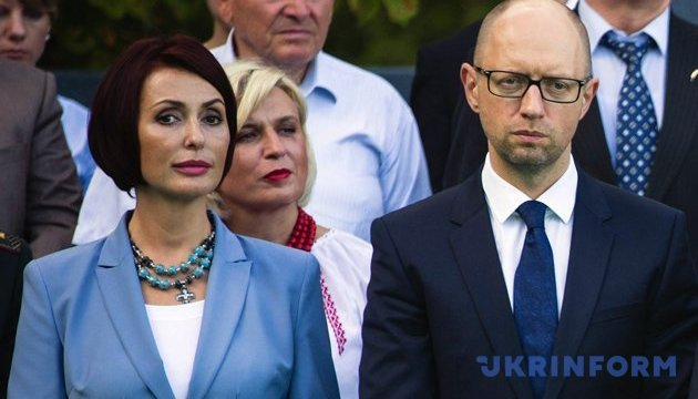 Яценюк торік заробив трохи більше за дружину - декларація