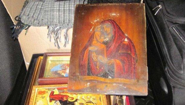 Старовинна ікона мало не виїхала в багажнику до Росії