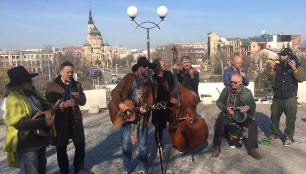 Борис Гребєнщиков заспівав у харківському сквері