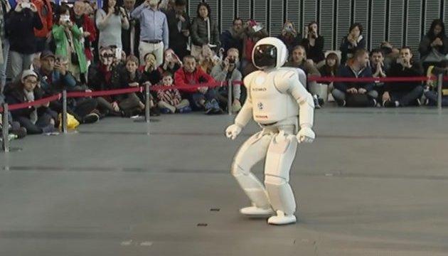 Японці показали Порошенку робота, який скаче