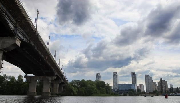Спасатели приостановили поиски тела девушки, которая прыгнула с моста Патона