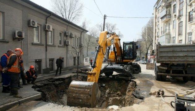 У центрі Києва асфальт пішов під землю