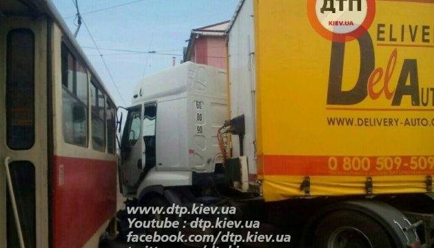 ДТП у Києві: вантажівка протаранила трамвай