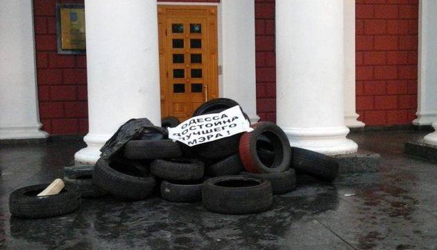 Активисты в Одессе заблокировали горсовет