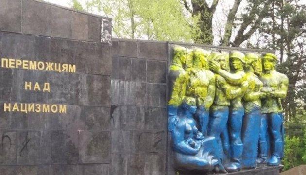 За синьо-жовтий монумент Слави у Львові можуть порушити справу