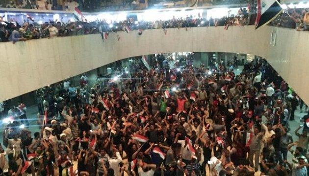 Парламент Іраку взяли штурмом сотні демонстрантів