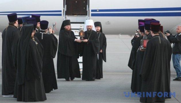 Священники Київського патріархату привезли в Україну Благодатний вогонь