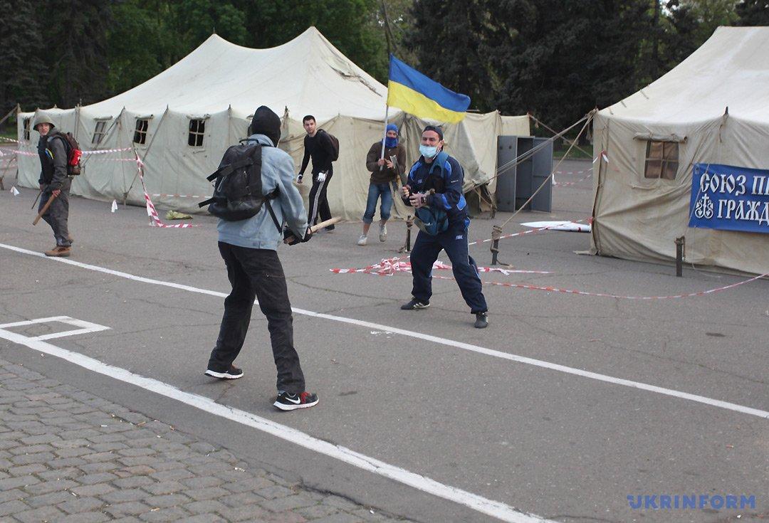 Момент зіткнення між прихильниками Євромайдана і Антимайдана. Фото: Андрій Новак, Укрінформ