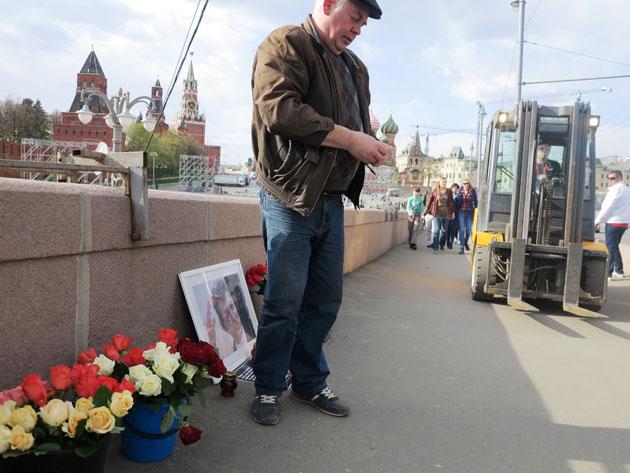 Дело привычное. Коммунальная техника сносит народный мемориал Бориса Немцова, волонтер восстанавливает. Немцов мост, Москва